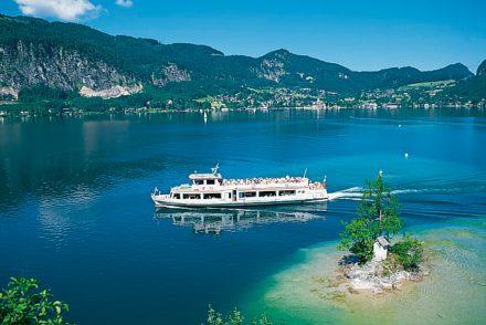 Schiff auf dem Wolfgangsee mit Bergpanorama